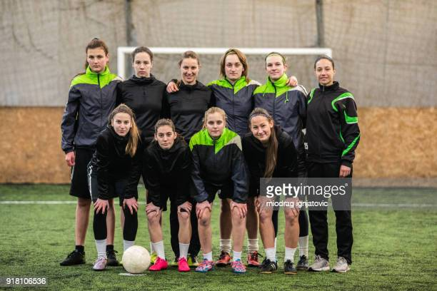 girls in soccer team - football team stock pictures, royalty-free photos & images