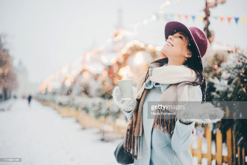 Meisjes in de feestelijke stad : Stockfoto