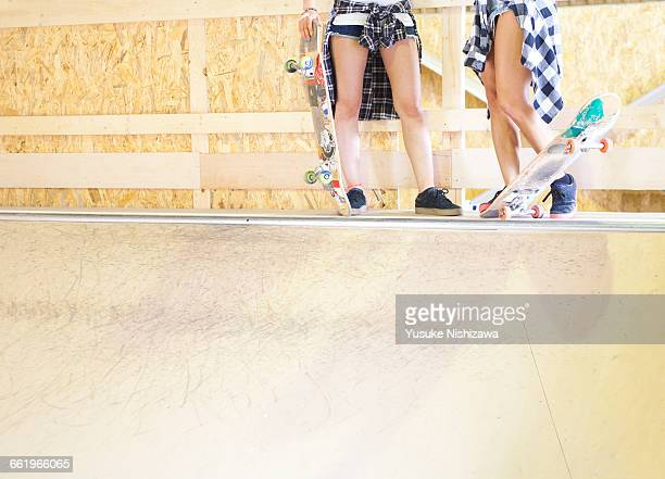 girls in the preparation of the skateboard - yusuke nishizawa stock pictures, royalty-free photos & images
