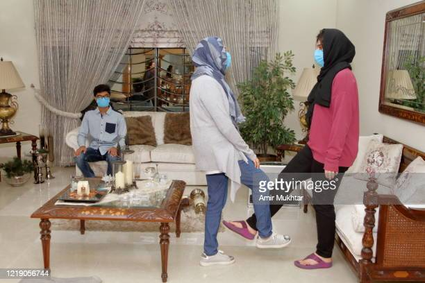 girls in veil (hijab) doing social greetings with their foot to protect themselves from coronavirus (covid-19). - hijab feet photos et images de collection