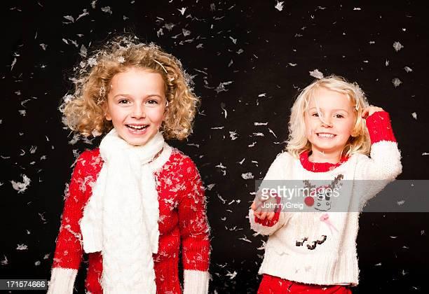 Mädchen lachen in fallenden Schnee