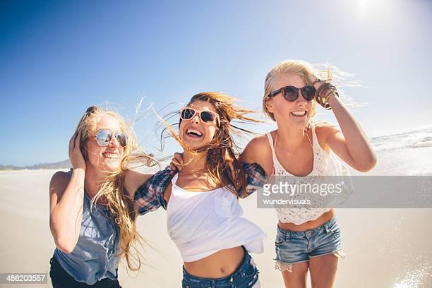Raparigas a rir na praia