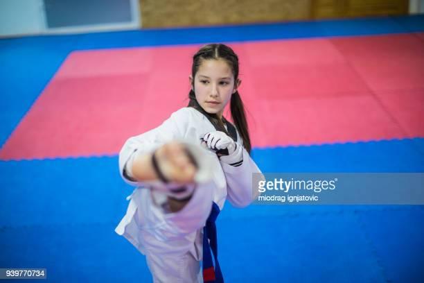 meninas aprendendo defesa pessoal - artes marciais - fotografias e filmes do acervo