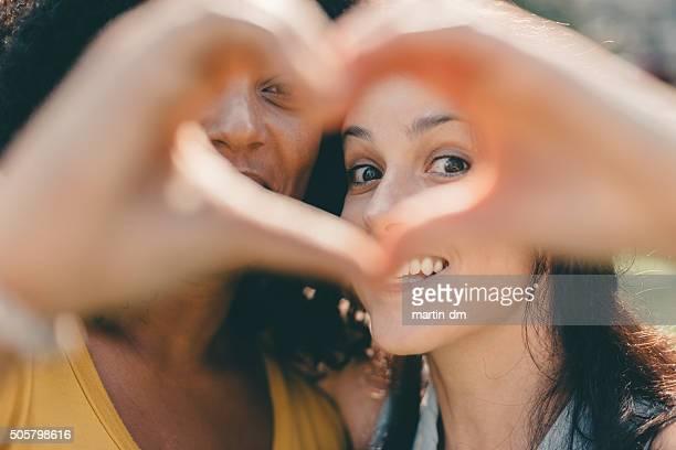 Mädchen machen Herzform-symbol mit den Händen
