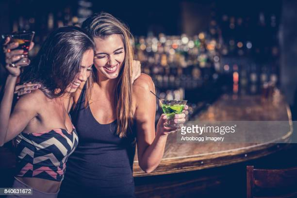filles night out - boire photos et images de collection