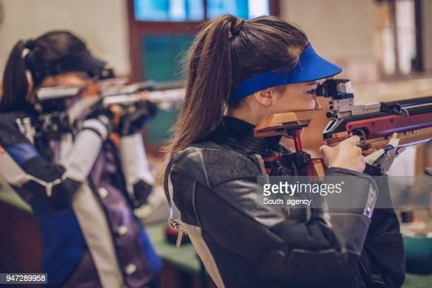 meisjes op sport schieten opleiding - schieten sporten stockfoto's en -beelden