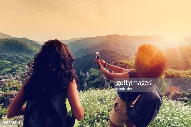 Chicas en la cima de la montaña
