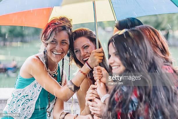 Mädchen außerhalb an einem regnerischen Tag