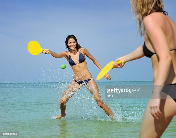 Niñas jugando con una pelota de playa (XXXL)