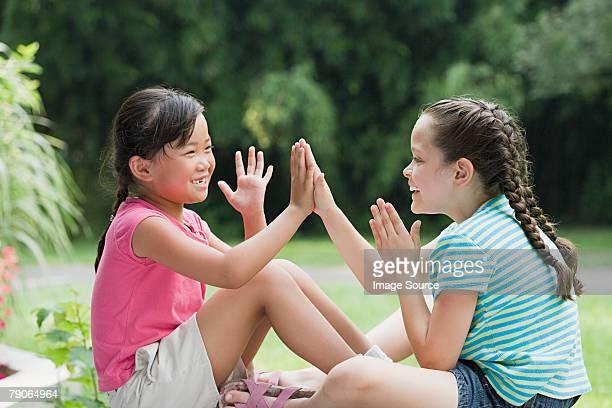 Meninas a jogar Jogo de Bater Palmas