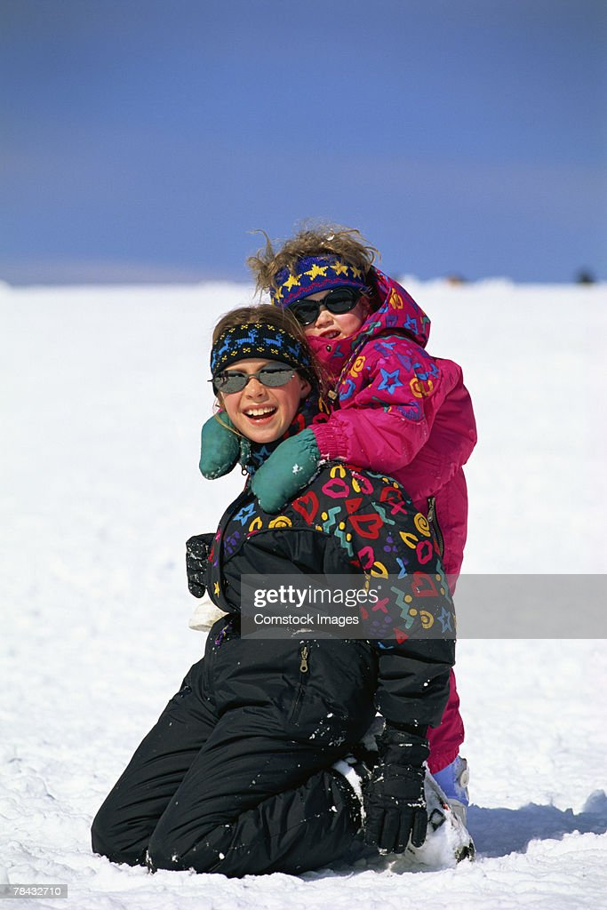 Girls playing in snow : Stockfoto