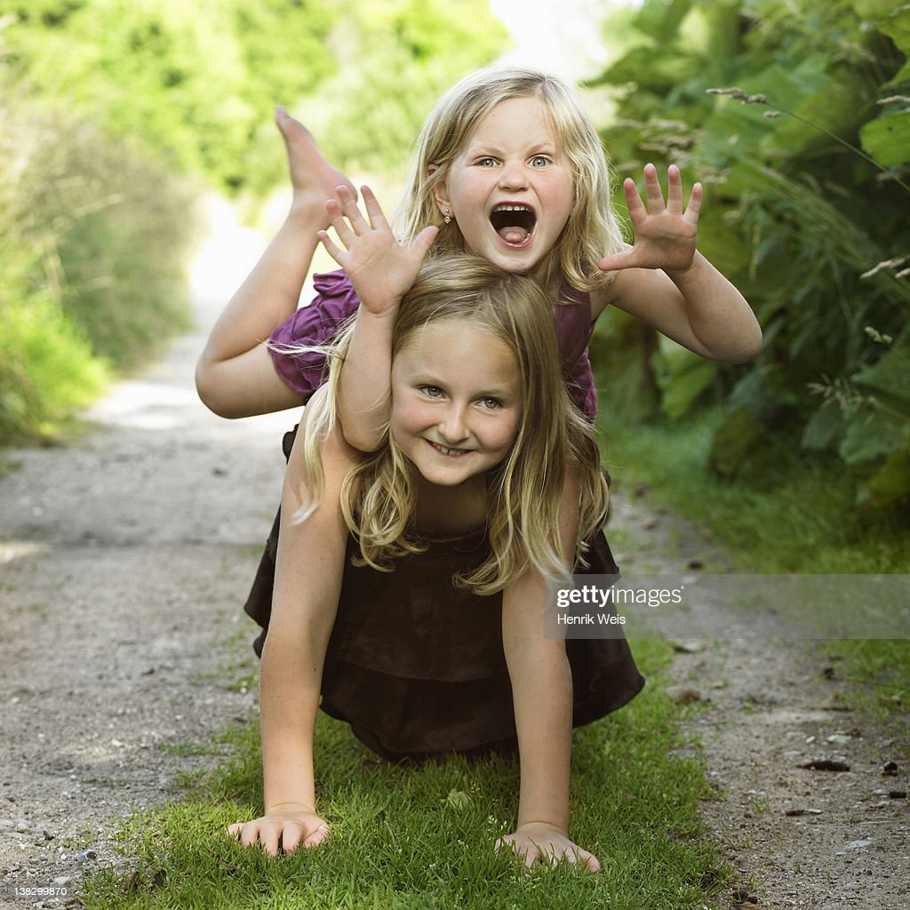Girls playing together on dirt path : Stockfoto