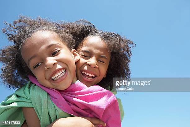 girls playing together outdoors - irmã - fotografias e filmes do acervo