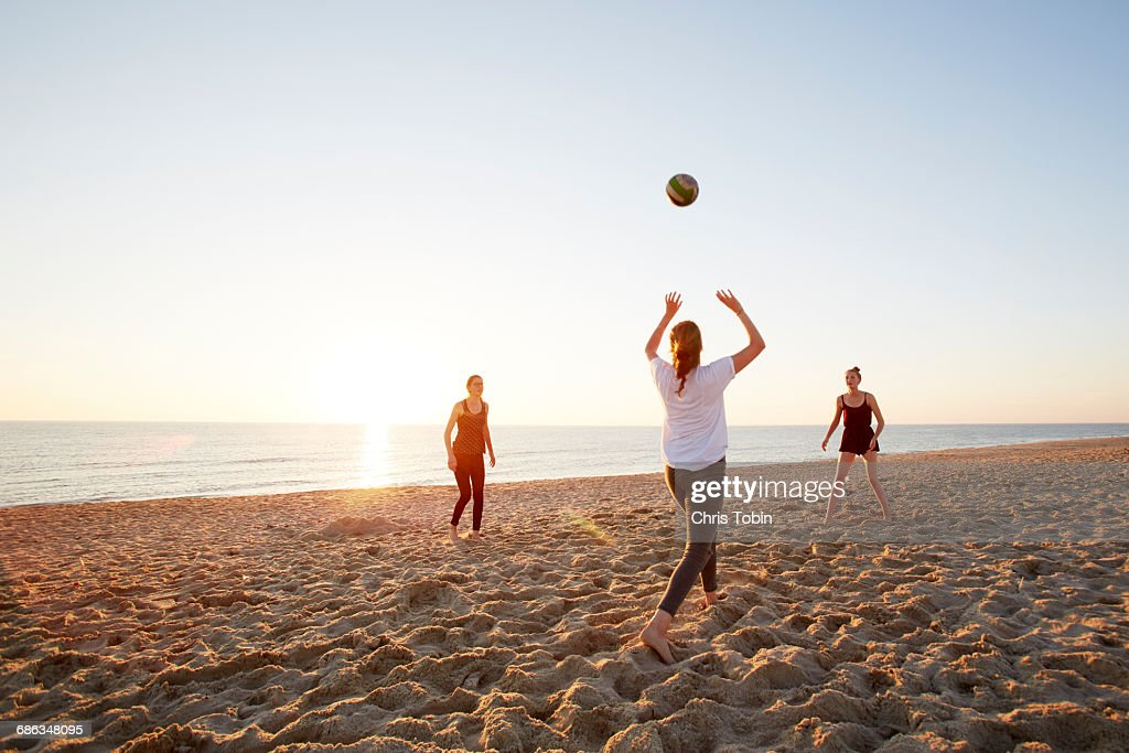 Girls playing volleyball at the beach : Stock-Foto