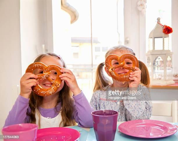 Mädchen spielen mit Ihrem Essen am Tisch