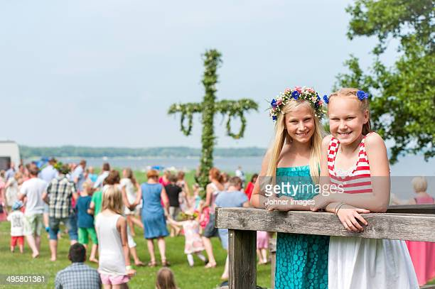 girls posing with maypole in background, ronneby, blekinge, sweden - midsommar stock pictures, royalty-free photos & images