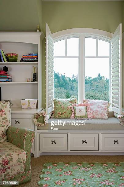 girl's room with pink and green motif - froncé photos et images de collection
