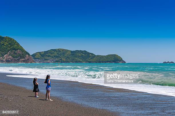 2 girls seeing ocean - saha entertainment stock pictures, royalty-free photos & images