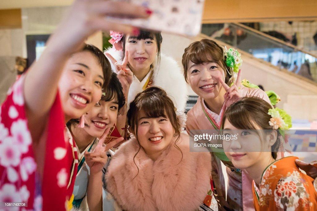 Girls seen wearing kimonos taking selfies during the... : News Photo