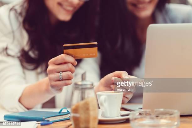 クレジット カードでショッピングの女の子