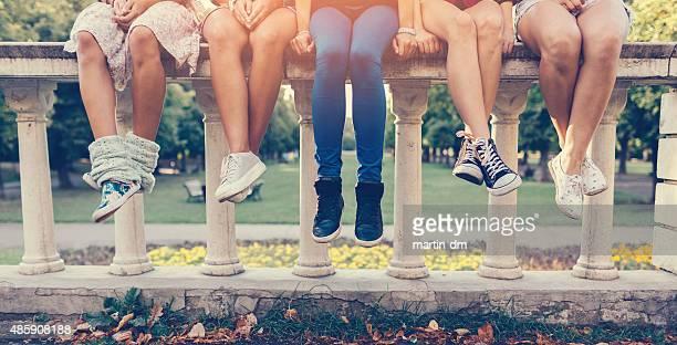 Mädchen sitzen in einer Reihe