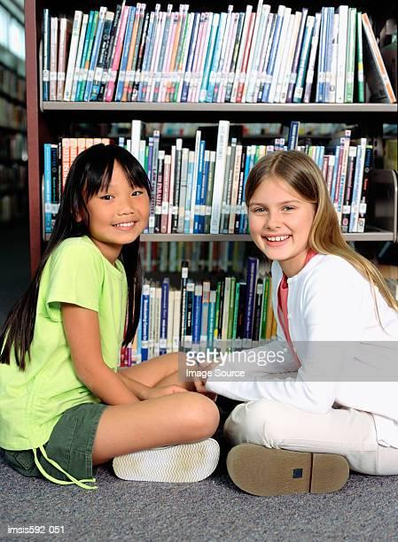 Mädchen sitzt in der Bibliothek