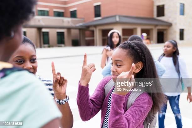 mädchen lächeln und geste, wie sie spielen - schulkind nur mädchen stock-fotos und bilder