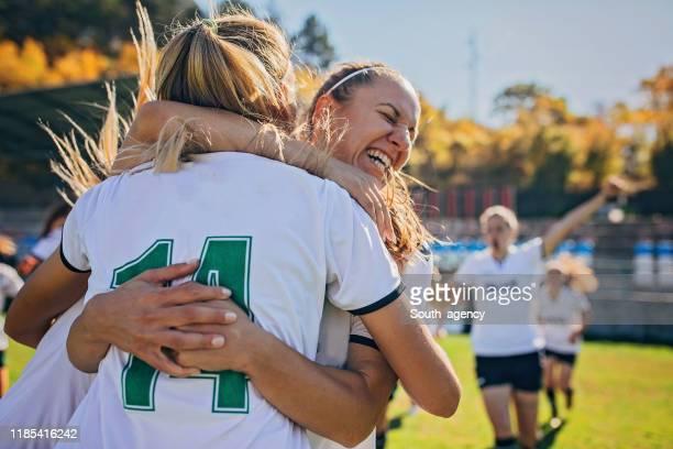 equipo de fútbol femenino celebrando la victoria - fútbol femenino fotografías e imágenes de stock