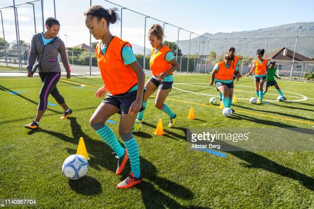 girls soccer team training - football féminin photos et images de collection
