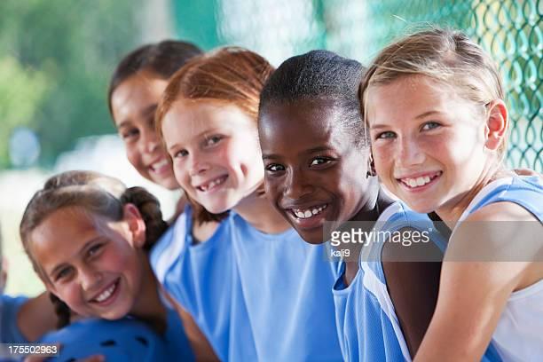 girls softball team sitting in dugout - jeugdsportcompetitie stockfoto's en -beelden