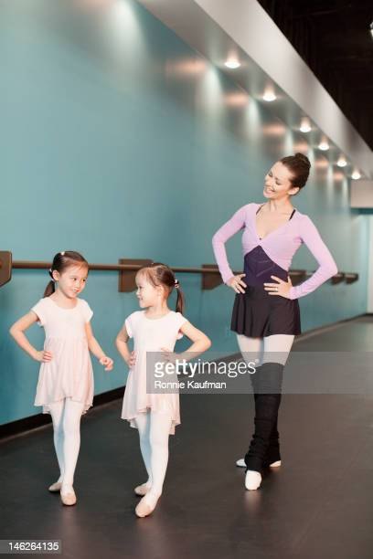 girls taking ballet lessons from teacher - grace kaufman stock pictures, royalty-free photos & images