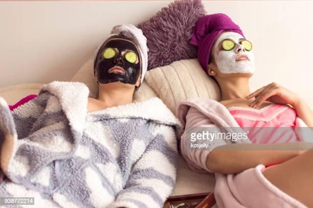 tjejer tar bra hand om sin hud - cleaning after party bildbanksfoton och bilder