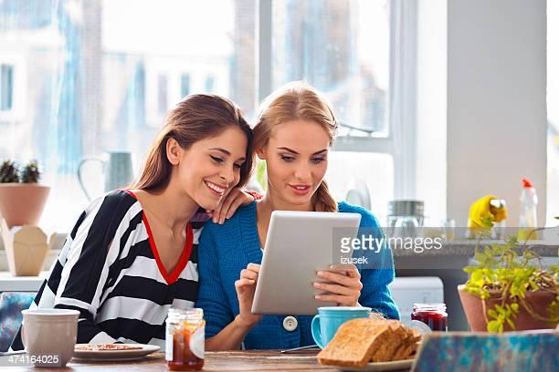 Chicas usando tableta digital