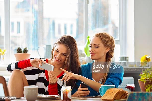 Mädchen mit Smartphones