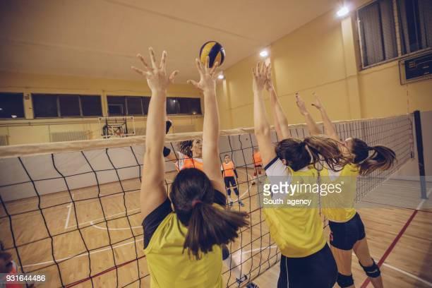 女の子のバレーボールの試合 - デイフェンス ストックフォトと画像