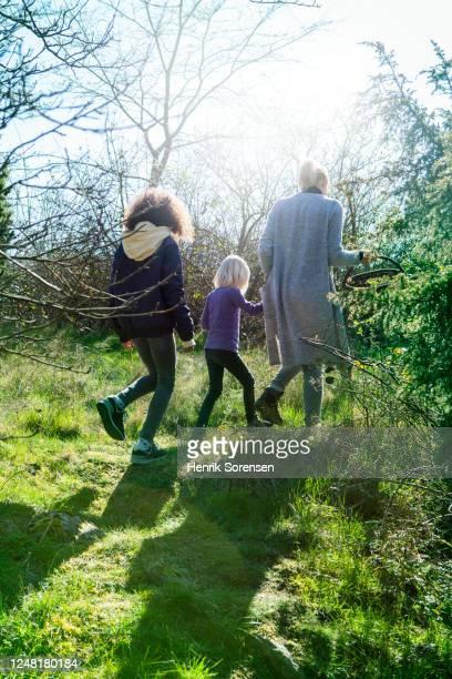 2 girls walking on gras field - gras fotografías e imágenes de stock