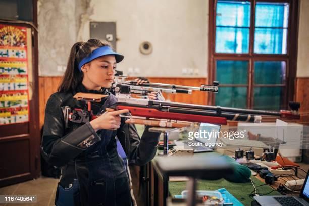 機関銃練習ターゲット射撃を持つ女の子 - ライフル ストックフォトと画像