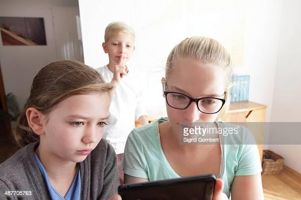 girls with a smartphone, boy watching them, baden-wuerttemberg, germany - sigrid gombert - fotografias e filmes do acervo
