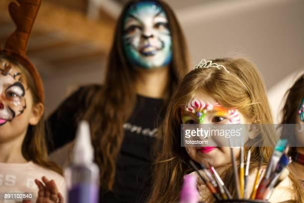 Mädchen mit Gesicht Farben auf