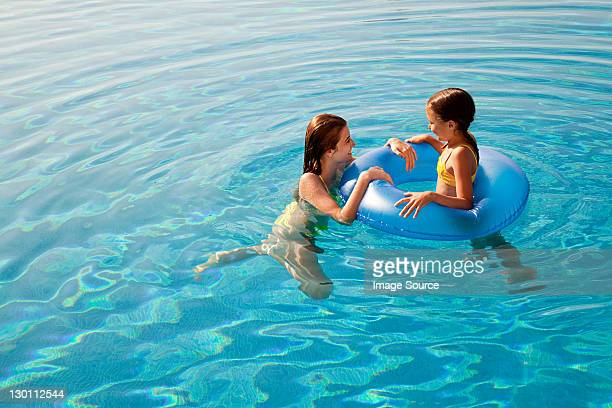 Filles avec Bouée gonflable dans la piscine