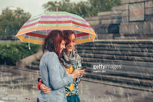 fille avec parapluie par un jour de pluie - pluie humour photos et images de collection