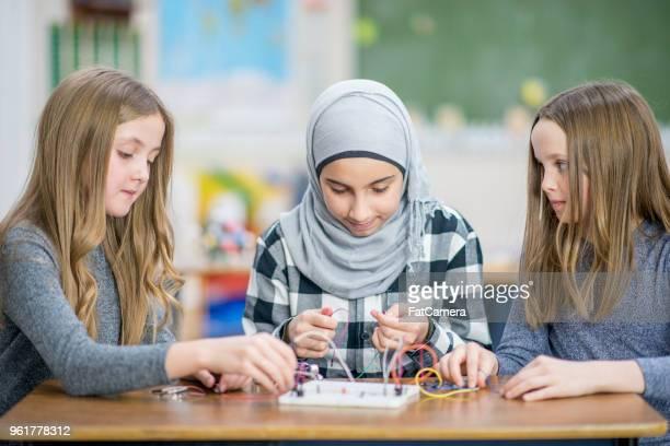 Mädchen arbeiten zusammen