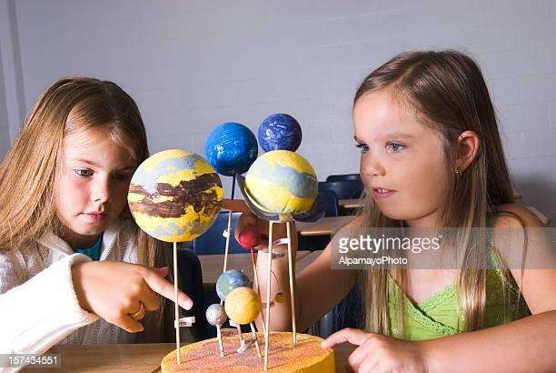 Mädchen arbeiten mit space-Modelle in die parlamentarische Bestuhlung