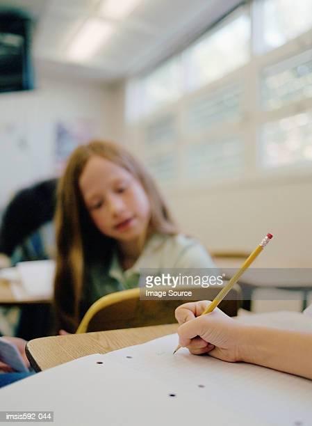 Mädchen Schreiben mit parlamentarischer Bestuhlung
