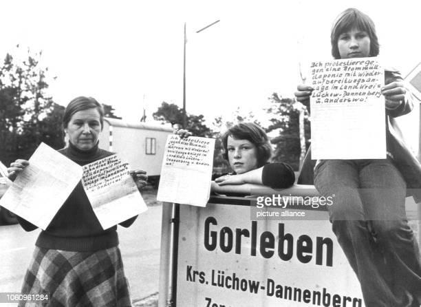 Gisela Köthke die Vorsitzende der Aktionsgemeinschaft Natur am 22 Februar 1977 am Ortseingang von Gorleben mit Protestunterschriften der...