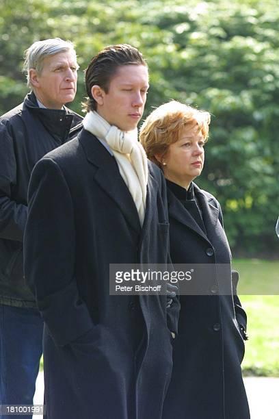 Gisela Philipp Sohn Gero Mauritius Philipp Beerdigung von Gerda Millowitsch nach Trauerfeier Köln Friedhof Melaten Familie Trauernde Trauergemeinde...