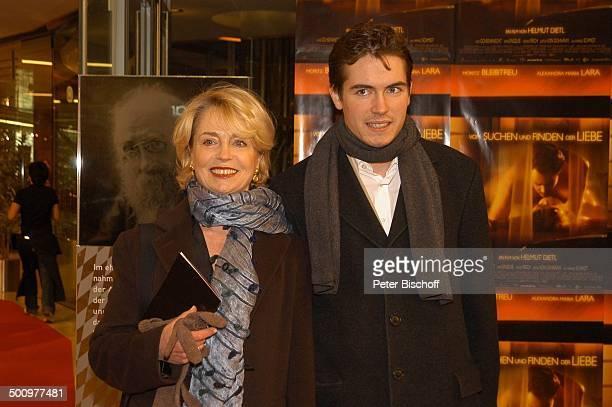 """Gisela Schneeberger, Sohn Philipp Müller, Premieren-Gäste vom Kino-Film: """"Vom Suchen und Finden der Liebe"""", Premiere, München, , P.-Nr.: 046/2004,..."""