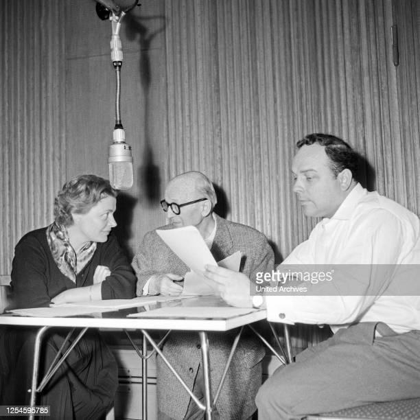 """Gisela von Collande, Paul Bildt und Wolfgang Wahl bei dem von Fritz Schröder Jahn beim NDR produzierten Hörspiel """"Olga 17"""", Hamburg 1956."""