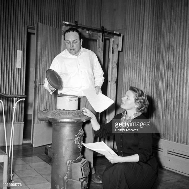 """Gisela von Collande und Wolfgang Wahl bei dem von Fritz Schröder Jahn beim NDR produzierten Hörspiel """"Olga 17"""", Hamburg 1956."""