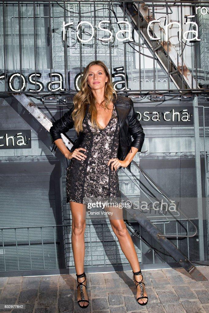 Gisele Bundchen attends Rosa Cha presents Gisele Bundchen on August 16, 2017 in Sao Paulo, Brazil.